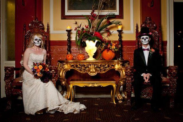 halloween-wedding-bride-groom-photo